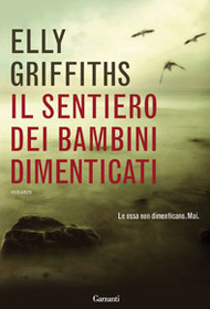 Il sentiero dei bambini dimenticati (The Crossing Places) (Ruth Galloway, Bk 1) (Italian Edition)